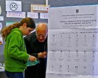 קשיש נעזר בנכדתו בעת ההצבעה (ויקיפדיה)
